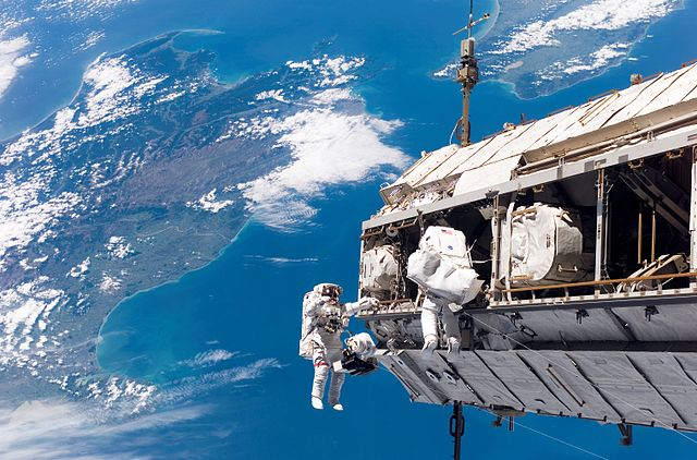 640px-STS-116_spacewalk_1