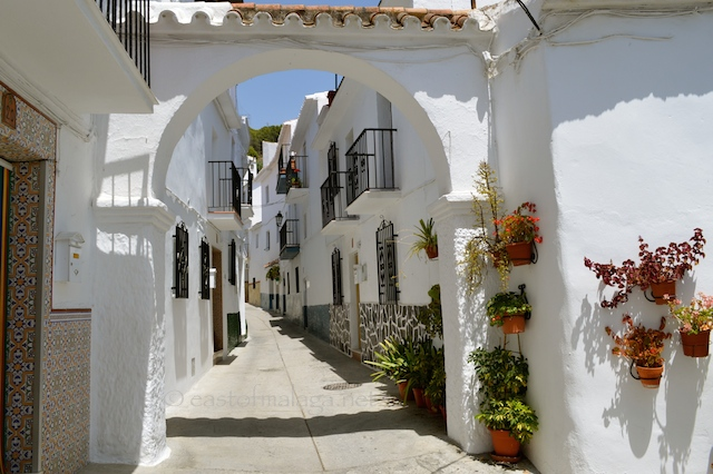 Fancy walking through this archway in Canillas de Aceituno?