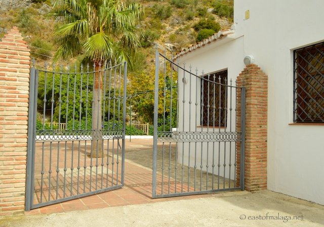 Iron gates through to the Baños de Vilo, Periana